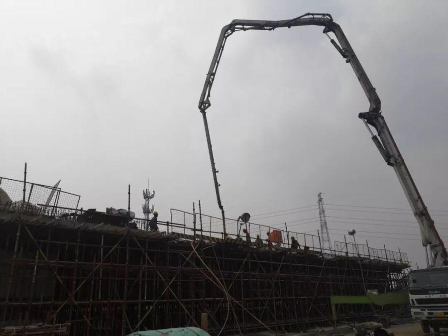混凝土输送泵车浇筑现场 - 上海铁建:连镇项目左线大徐庄特大桥道岔连续梁全部混凝土浇筑完成
