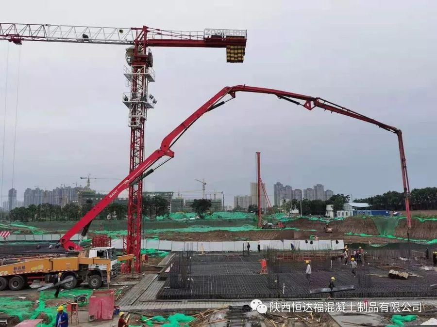 三一重工泵车浇筑现场 - 华宇凤凰城公寓酒店和南美商品贸易中心7700方筏板金洋2牌混凝土浇筑完成