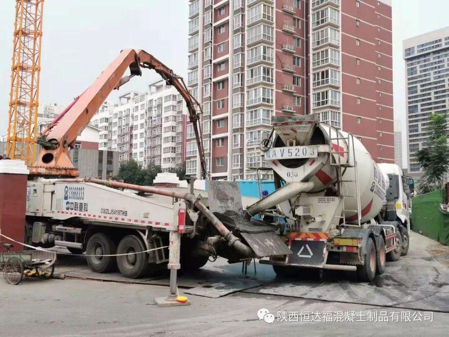 中联重科泵车、混凝土搅拌运输车浇筑现场 - 华宇凤凰城公寓酒店和南美商品贸易中心7700方筏板金洋2牌混凝土浇筑完成