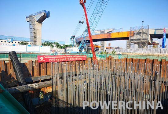 混凝土泵车浇筑现场 - 印尼雅万高铁项目首个刚构连续梁承台混凝土浇筑顺利完成