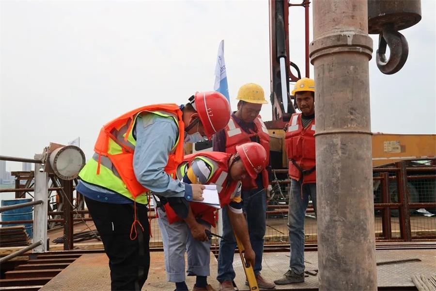 欧亿土输送泵车浇筑现场 - 福建泰祥建筑劳务公司组织人员完成清水塘大桥23#主墩封底欧亿土浇筑