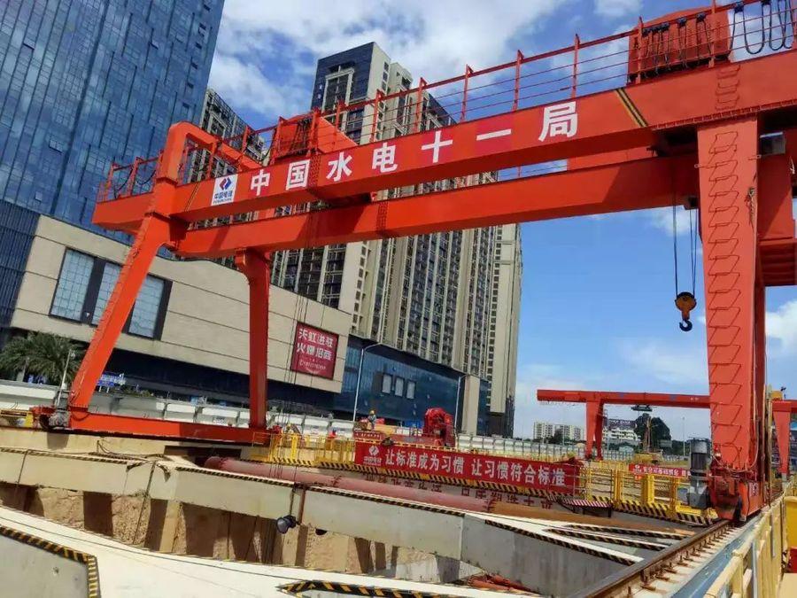 深圳地铁12号线土建五工区黄田站首段顶板金洋2牌混凝土浇筑完成