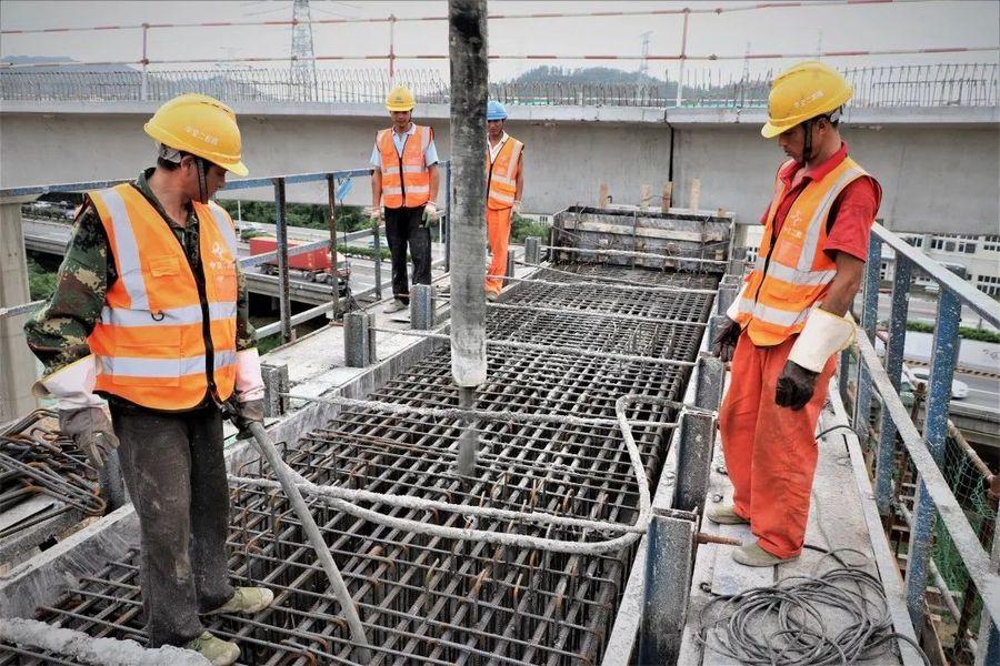 混凝土输送泵车浇筑现场 - 中交广州建设:深圳外环项目南光高速跨线桥下部结构金洋2牌混凝土浇筑完成