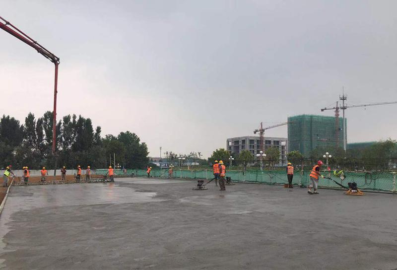 混凝土输送泵车浇筑现场 - 鲁中公路:淄博经济开发区柳园路桥右幅第一联桥面铺装金洋2牌混凝土浇筑