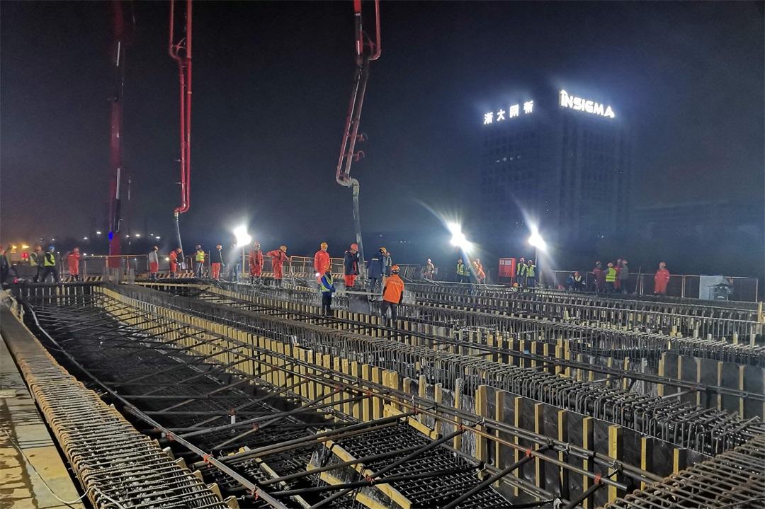 混凝土输送泵车浇筑现场 - 二航局四 留祥路提升工程主线桥第六联现浇箱梁第一次混凝土浇筑完成