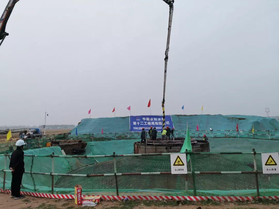 混凝土输送泵车浇筑现场 - 华润风电漯河公司郾城区30MW分散式风电项目首台风机基础砼浇筑成功