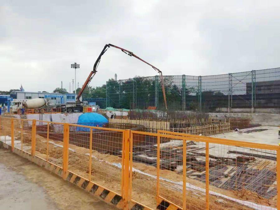混凝土輸送泵車、混凝土攪拌運輸車澆築現場 - 中國五冶上海三分公司武鋼焦化項目首個筒倉基礎底板混凝土順利澆築