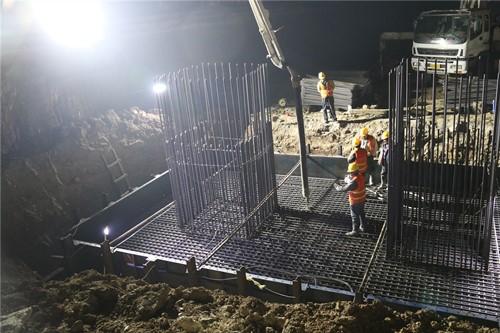 混凝土输送泵车浇筑现场 - 中铁四局七公司:莱泰高速项目首座承台混凝土浇筑完成
