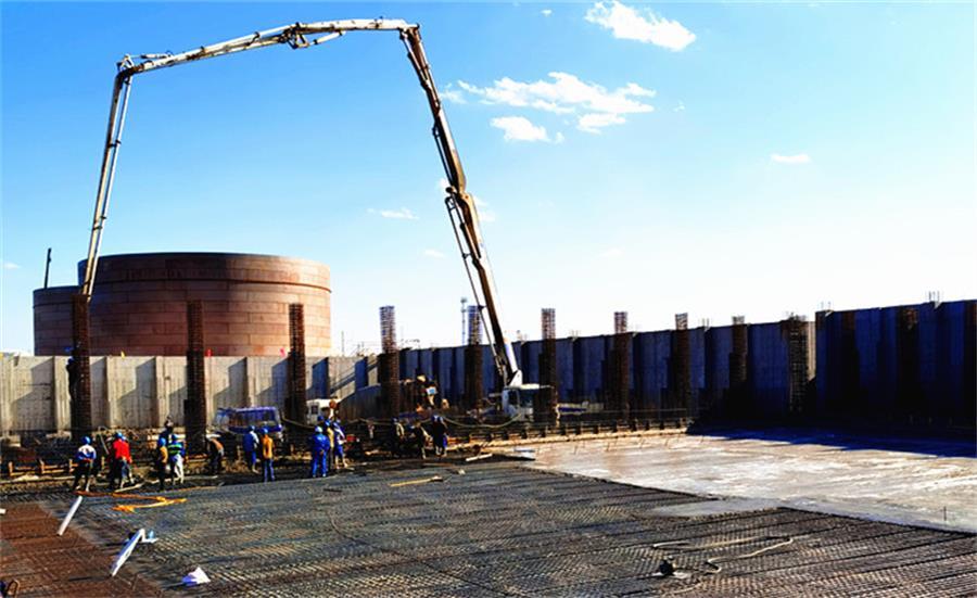 混凝土输送泵车浇筑现场 - 陕西神华榆林项目危废填埋场填埋区完成复工后第一仓混凝土浇筑