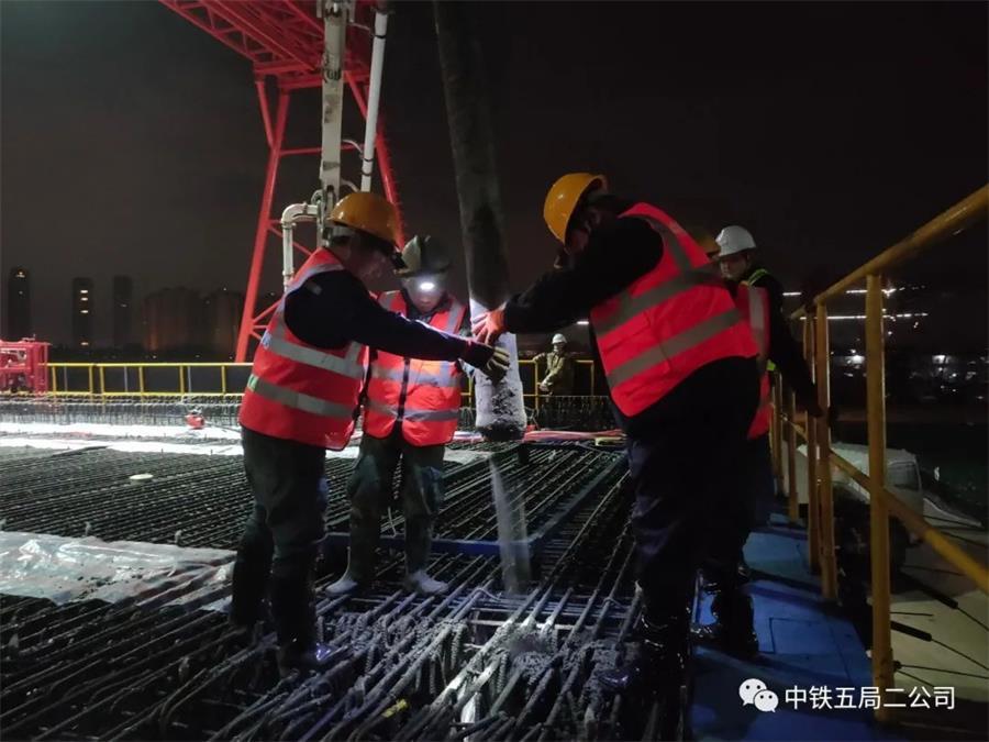 混凝土输送泵车浇筑现场 - 中铁五局二公司:湖杭铁路全线首榀箱梁成功混凝土浇筑
