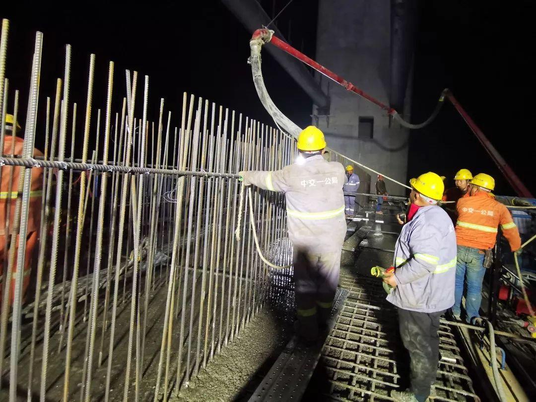 混凝土输送泵车浇筑现场 - 中交一公局万州高速新田长江大桥北岸主塔下横梁第二次混凝土浇筑完成