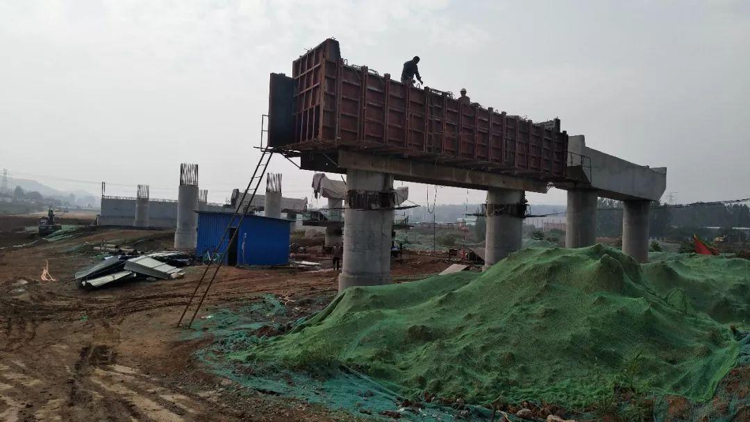 河南省新安縣:磁五倉路大橋24根立柱全部混凝土澆築完成