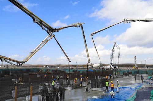 混凝土输送泵车、混凝土搅拌运输车浇筑现场 - 中国能建承建土耳其胡努特鲁燃煤电站首个大体积混凝土浇筑完成