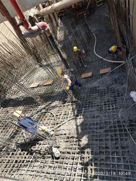 混凝土输送泵车浇筑现场 - 徐州地铁2号线一期07标周庄站附属工程1号出入口底板混凝土浇筑完成