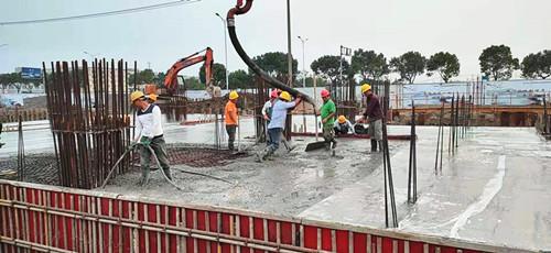 混凝土输送泵车浇筑现场 - 中铁十六局三公司:杭绍城际7标湖安路站电缆夹层顶板混凝土浇筑完毕