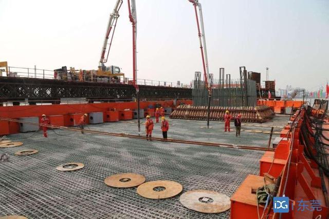 混凝土输送泵车浇筑现场 - 广东省东莞市沙田镇港湾大桥东岸24号主墩承台混凝土浇筑完成