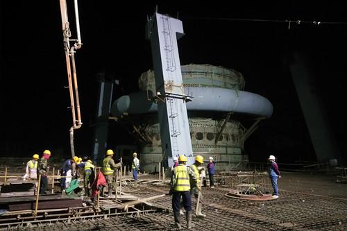 混凝土输送泵车浇筑现场 - 中国十七冶河钢乐亭钢铁项目3#高炉北出铁场13米平台混凝土浇筑完成