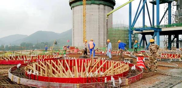 混凝土輸送泵車澆築現場 - 華新水泥黃石項目原料粉磨2#旋風筒四層框架27.2米混凝土澆灌完成
