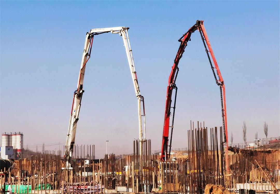 混凝土输送泵车浇筑现场 - 内蒙古酸刺沟电厂二期工程4号空冷排气管支墩混凝土浇筑完成