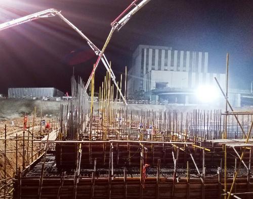 混凝土输送泵车浇筑现场 - 中国能建湖南省火电建设公司:文昌项目垃圾库底板混凝土浇筑完成