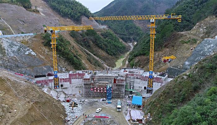 混凝土搅拌运输车浇筑现场 - 安徽省宣城市绩溪县项目4号坝段309.5米至311.5米高程混凝土浇筑完成