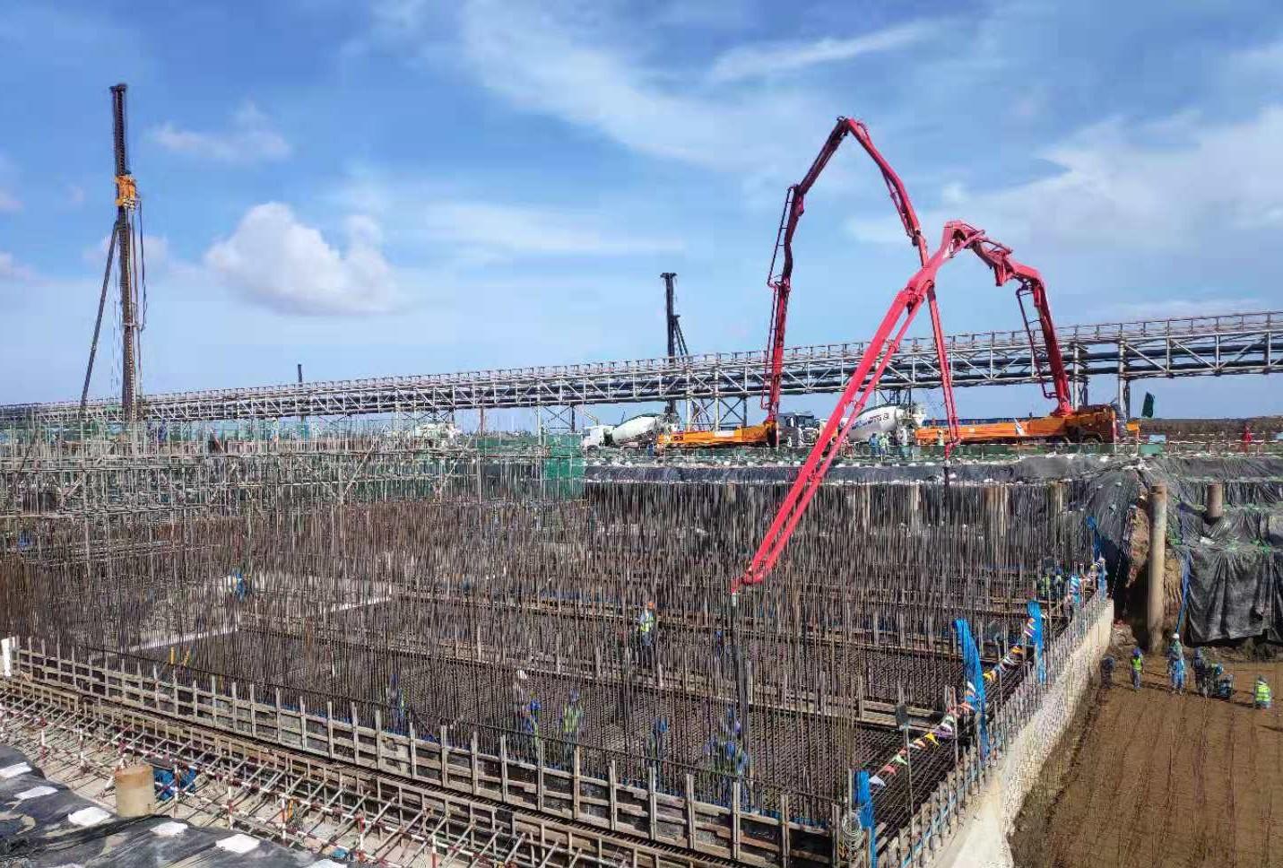 三一重工泵车、混凝土搅拌运输车浇筑现场 - 西北电建四公司越南项目曝气池第四段底板及部分板墙混凝土浇筑完成