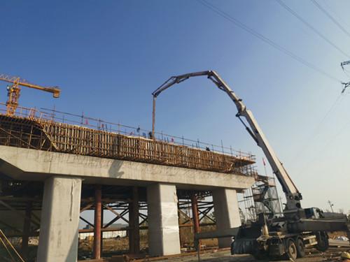 中联重科泵车浇筑现场 - 十六局三 杭绕高速公路湖州段1标东苕溪大桥16#墩边跨混凝土现浇完成
