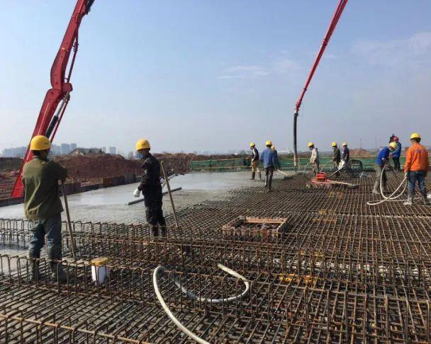 三一重工泵车浇筑现场 - 中交三航二公司:清水塘PPP项目清霞路完成单次最大方量混凝土浇筑
