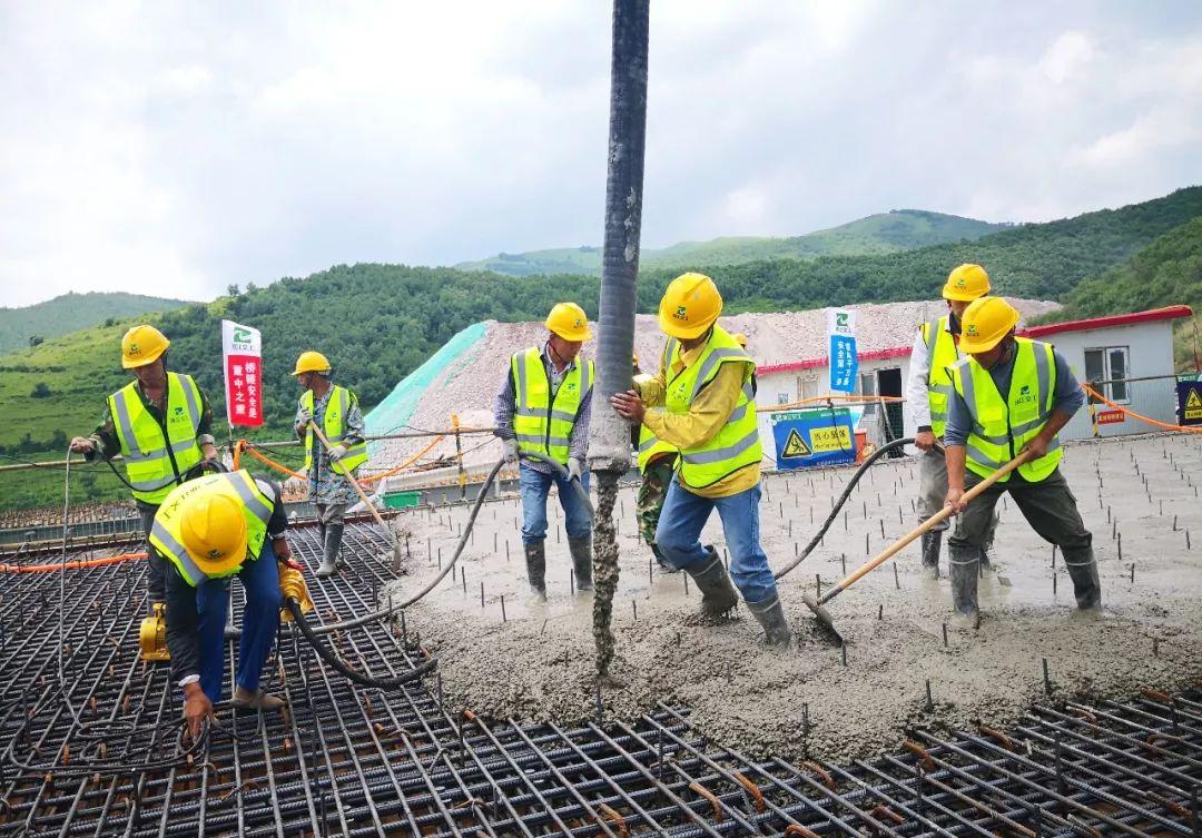 三一重工泵車澆築現場 - 延崇高速河北段ZT11合同磚樓4號大橋橋面板首件開始混凝土澆築