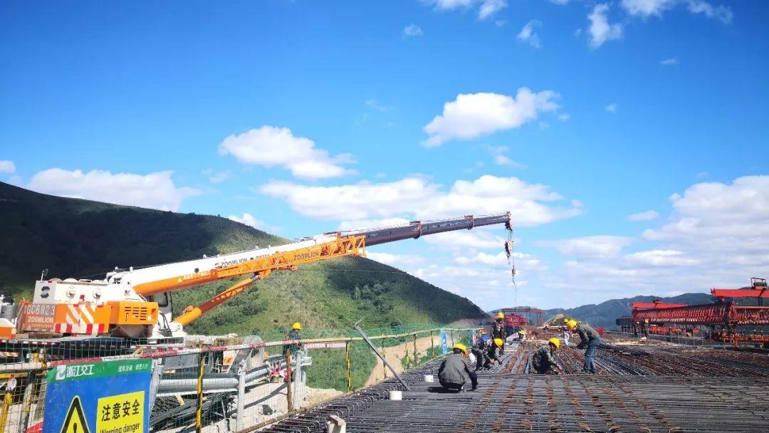 延崇高速河北段ZT11合同磚樓4號大橋橋面板首件開始混凝土澆築