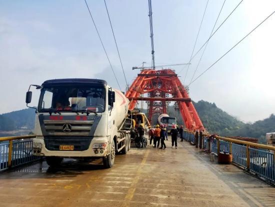 混凝土搅拌运输车浇筑现场 - 贵州兴达兴6小时完成花渔洞大桥首个钢管拱混凝土浇筑