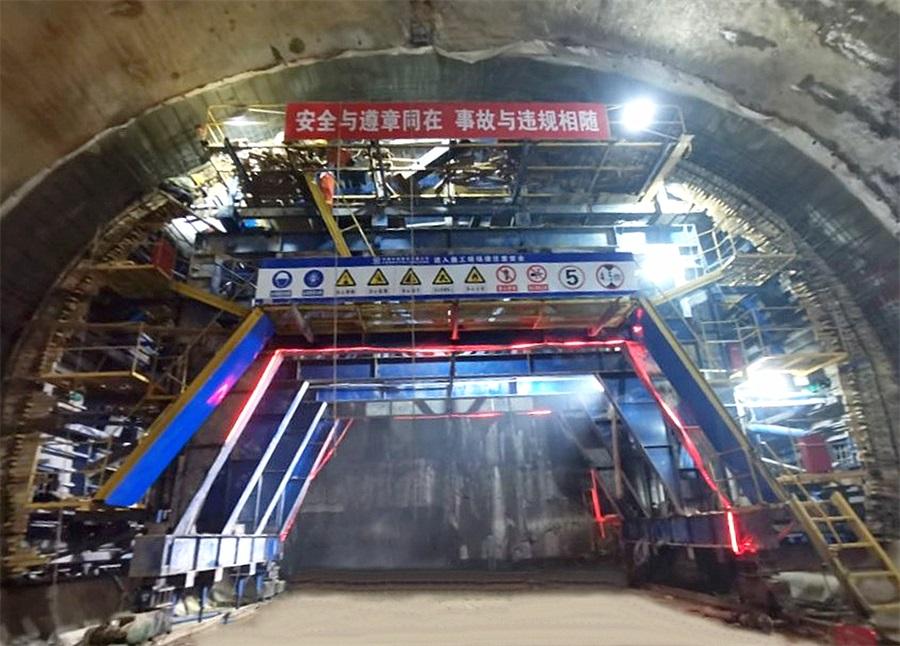 中�F八局 大�B地�F五��起虎�^�g正�隧道首模二�r混凝土�仓�完成