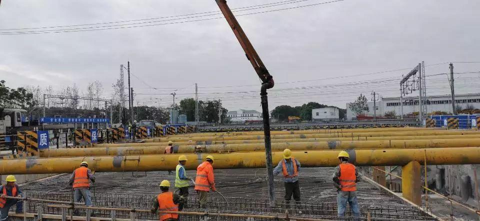 混凝土输送泵车浇筑现场 - 中铁一局沪通铁路二分部春浓路下穿工程顶进2号框架混凝土浇筑完成