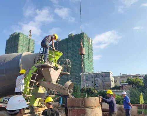 混凝土攪拌運輸車澆築現場 - 梅州市五华特大桥首桩砼浇筑完成 梅龙铁路项目4标进入全面施工阶段