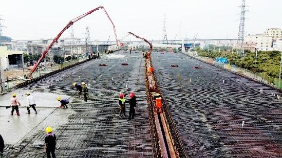 混凝土输送泵车浇筑现场 - 中铁十二局 广佛肇高速公路项目部主线桥第四联现浇梁混凝土浇筑完成