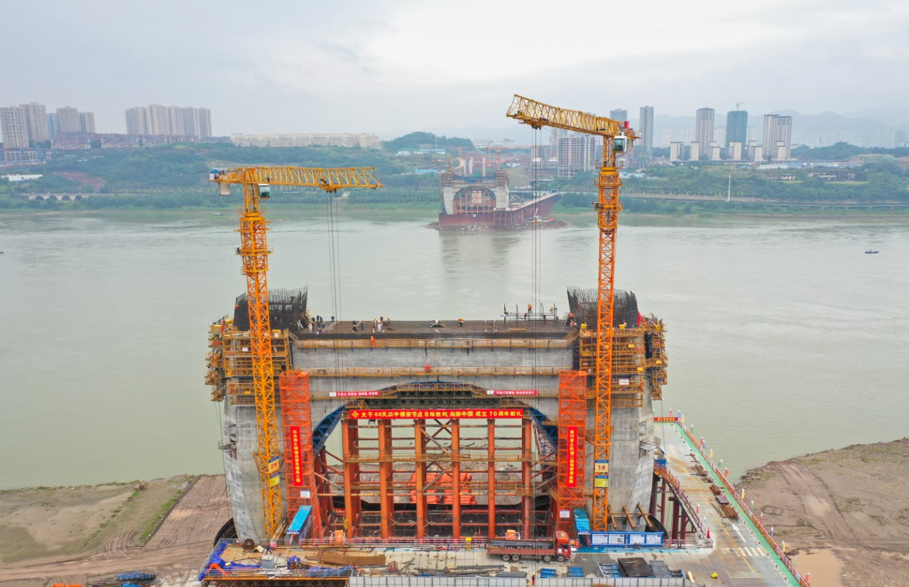 重庆主城最高桥塔中横梁混凝土浇筑完毕 重庆白居寺长江大桥