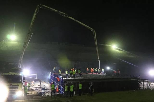 混凝土输送泵车浇筑现场 - 沙颍河航道升级改造工程PPP沈丘航运枢纽船闸首块底板混凝土浇筑完成