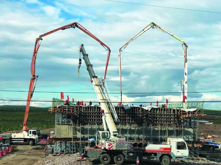 混凝土輸送泵車澆築現場 - 海滿高速公路項目滿洲裏世紀大道互通匝道跨線橋混凝土澆築完成