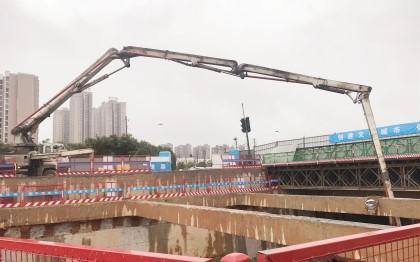 混凝土泵車澆築現場 - 長沙地鐵6號線二標一項目和馨園站第六倉底板用48米天泵巧破澆築難題