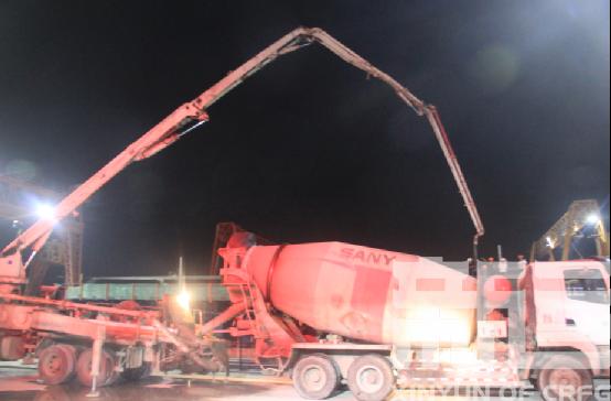 混凝土泵車、混凝土攪拌車澆築現場 - 樂清制梁場首次采用攪拌車和泵車對接澆築混凝土