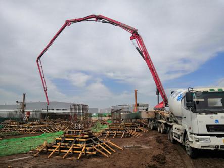 三一重工泵车、混凝土搅拌运输车浇筑现场 - 西安西曹110千伏输变电站项目配电装置楼独立基础混凝土浇筑完成
